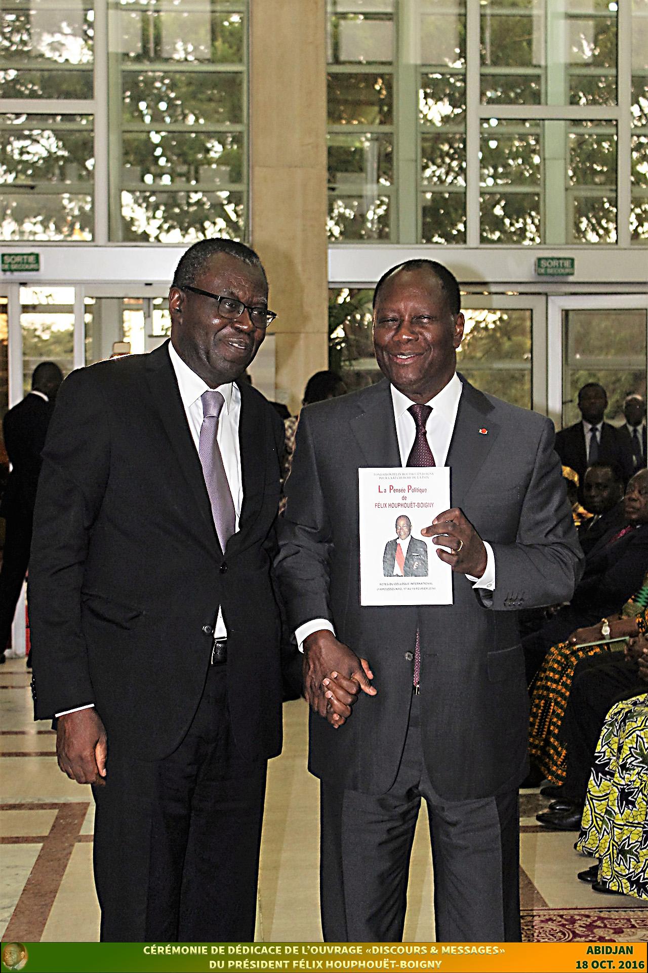 SEM Alassane OUATTARA, Président de la République de Côte d'Ivoire (à droite) et Pr. Jean-Noël LOUCOU, Secrétaire Général de la Fondation FHB (à gauche)